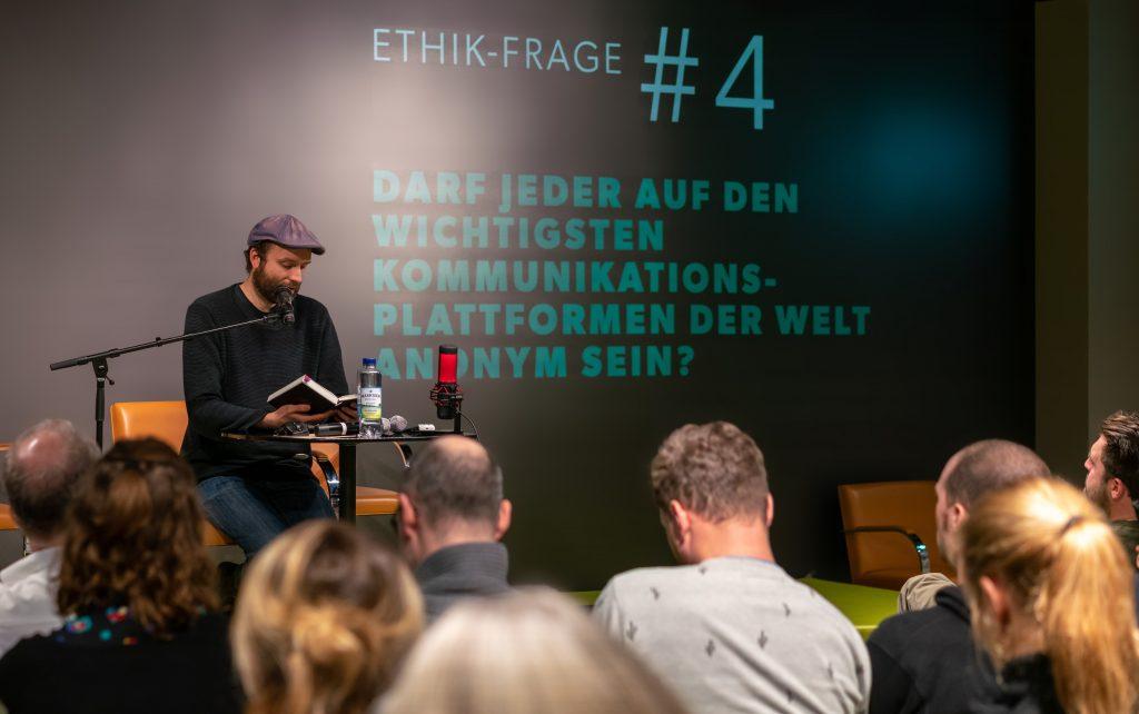 Marc-Uwe Kling liest aus QualityLand auf der Party like it's 1984 der Gesellschaft für digitale Ethik.